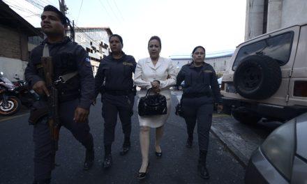 Blanca Stalling se aferra a la magistratura, la ley le prohíbe regresar.