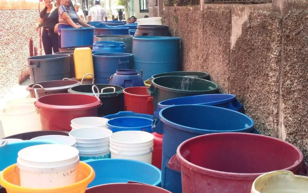 "Escasez de agua: los partidos aprovechan para repartir y las autoridades sin responder<span class=""wtr-time-wrap after-title"">Lectura de <span class=""wtr-time-number"">2</span> min.</span>"